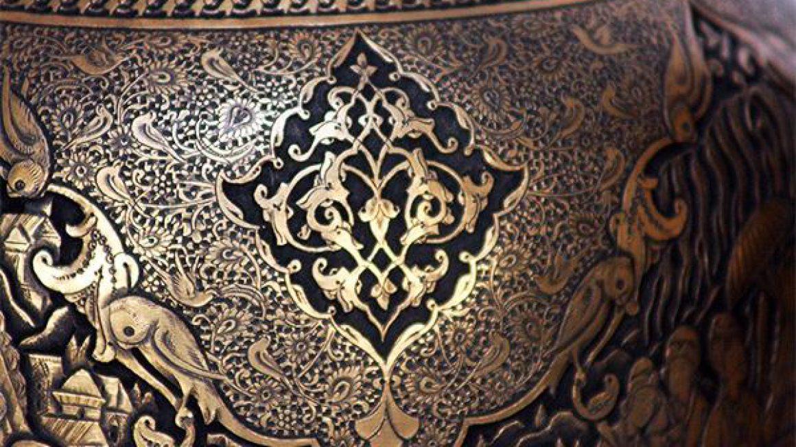 حکاکی روی ظروف مسی و شیشهای   بسیار جذاب و قابل ستایش برای عرب زبانان است.