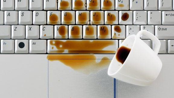 در صورت خیس شدن لپ تاپ چه اقداماتی برای جلوگیری از خرابی دستگاه باید انجام شود
