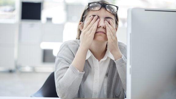 خستگی چشم در اثر کار با کامپیوتر و راه حل 20-20-20 برای این مشکل