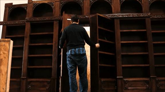 نگاهی به پشت درهای کوچک رو به فضاهای خیالی درون قفسههای کتاب بیندازید