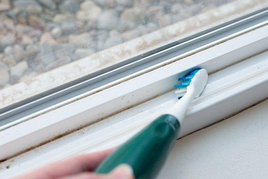 10 وسیله کاربردی قابل بازیافت - تمیز کردن داخل پنجره